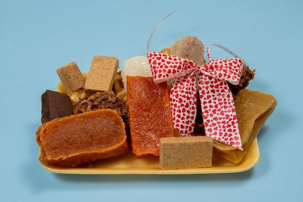 Typische brasilianische süßigkeiten, die bei den juni-partys (festa junina) und am tag von san cosme e damiao . gegessen werden