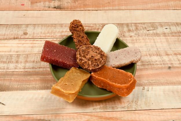 Typische brasilianische süßigkeiten, die bei den juni-partys (festa junina) und am tag von sao cosme e damiao . gegessen werden