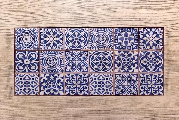 Typische dekoration der fassade des hauses. traditionelle keramikfliesen.traditionelle portugiesische fliesen