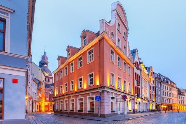 Typische europäische mittelalterliche straße und die kathedrale der heiligen maria am morgen, riga, lettland