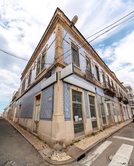 Typische gebäude der portugiesischen städte