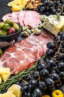 Typische italienische antipasti mit schinken, schinken, käse und oliven. ansicht von oben