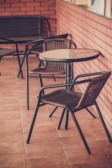Typische kaffeeterrasse mit tischen und stühlen
