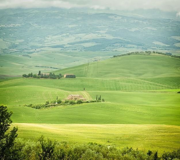 Typische landschaft der toskanischen hügel in italien