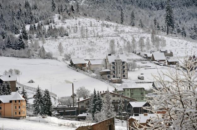 Typische landschaft der ukrainischen karpaten mit privatbesitz im winter.