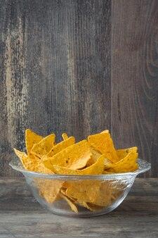 Typische mexikanische nachos auf holztisch