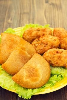 Typische portugiesische snack-ricoes de carne und bolinhos de bacalhau