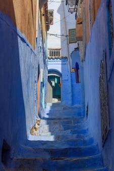 Typische schöne marokkanische architektur in blauer stadt medina chefchaouen in marokko