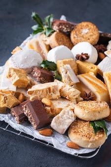 Typische spanische weihnachtsgebäck shortbread mantecados polvorones nougat oder turron
