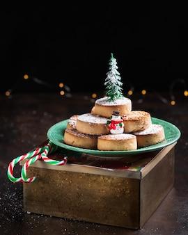 Typische spanische weihnachtsplätzchen polvorones, mantecados, mit mandeln auf dunklem holz.
