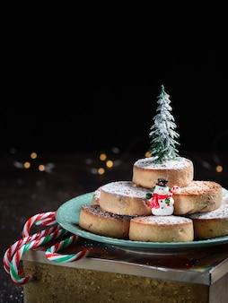 Typische spanische weihnachtsplätzchen polvorones, mantecados, mit mandeln.