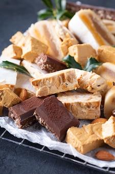 Typische spanische weihnachtssüßigkeiten nougat oder turron