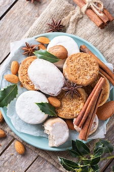 Typische spanische weihnachtssüßigkeiten shortbread mantecados und polvorones Premium Fotos