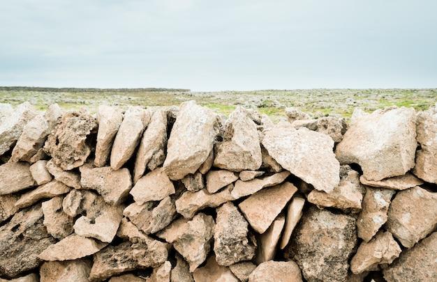 Typische steinmauer der insel menorca, im hintergrund das mittelmeer.