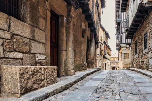 Typische straße mit steinhäusern im dorf la alberca in der provinz salamanca in spanien.