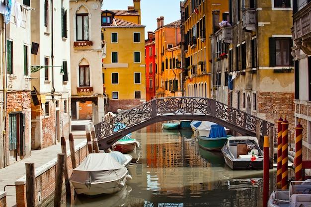 Typische straßenansicht in der stadt venedig in italien