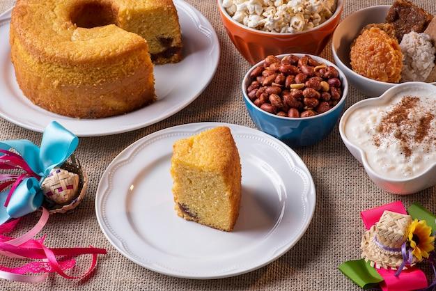 Typische süßigkeiten von der juni-party. maismehlkuchen, popcorn, hominy, kürbismarmelade und erdnüsse.
