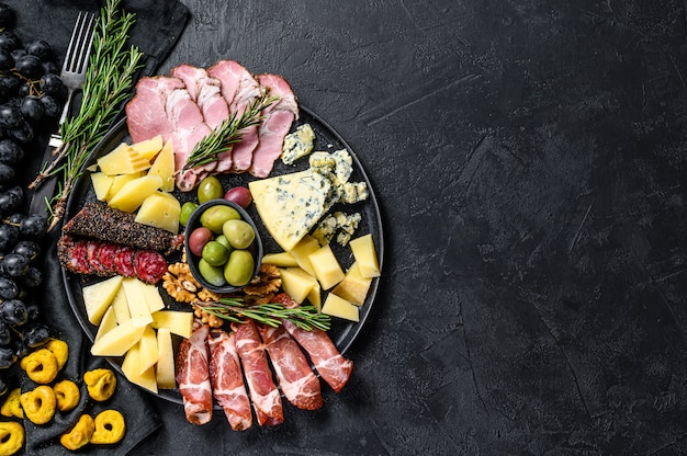 Typischer italienischer antipasti mit schinken-, schinken-, käse- und olivenhintergrund