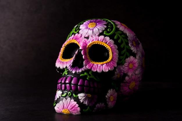 Typischer mexikanischer schädel gemalt auf schwarzem