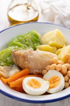 Typischer portugiesischer kabeljau mit gekochtem ei und gemüse