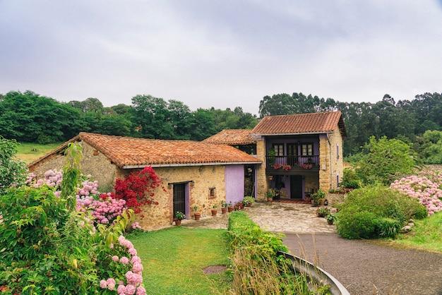 Typisches asturisches haus in einem kleinen dorf. asturien, spanien.