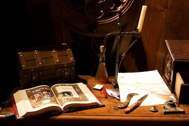 Typisches europäisches mittelalterliches gepäck, bereit für lange reisen