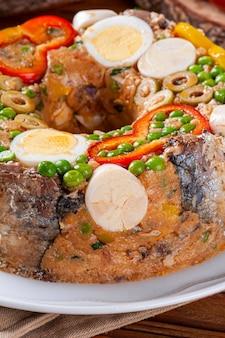 Typisches gericht der brasilianischen küche namens cuscuz paulista
