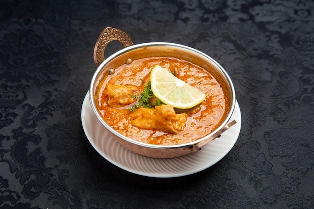 Typisches hühnercurry mit indischem essen.