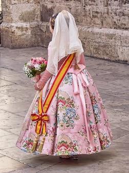 Typisches kostüm eines älteren fallera-kindes, von hinten gesehen, auf der party von las fallas in valencia, spanien