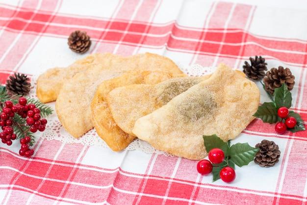 Typisches portugiesisches kichererbsen- oder süßkartoffelgebäck zur weihnachtszeit.