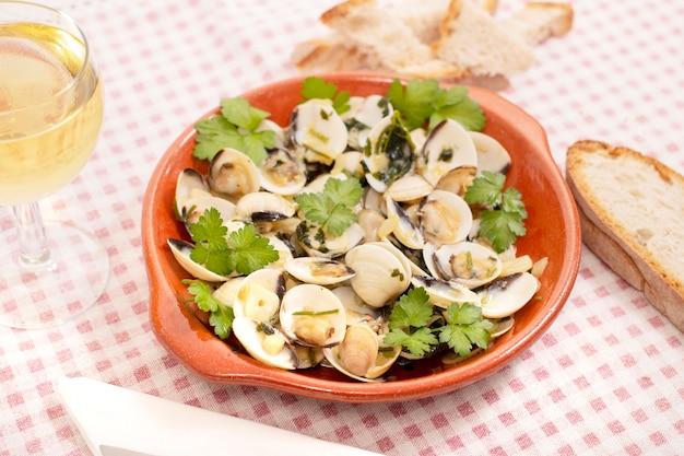 Typisches portugiesisches startergericht aus muscheln mit knoblauch, olivenöl und petersilie.