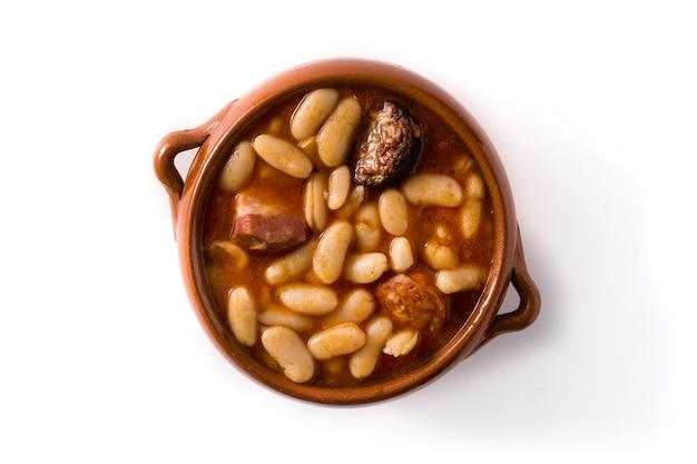 Typisches spanisches fabada asturiana lokalisiert auf weißer oberfläche. ansicht von oben
