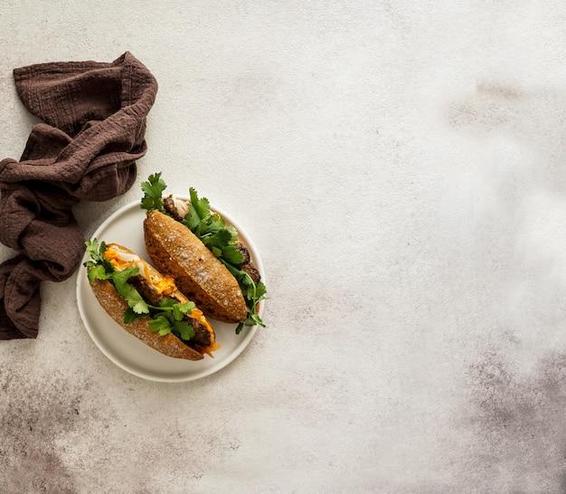 Typisches vietnamesisches sandwich auf bananenblatt