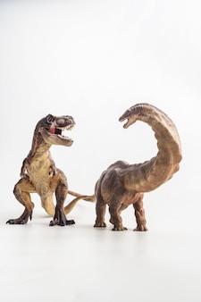 Tyrannosaurus mit apatosaurus auf weißem hintergrund
