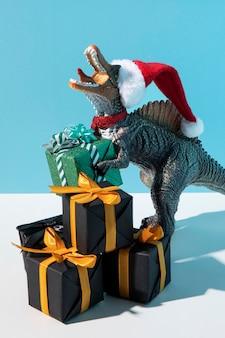 Tyrannosaurus rex spielzeug mit weihnachtsmütze