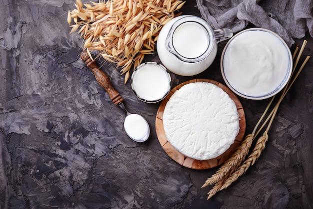 Tzfat-käse, milch- und weizenkörner. symbole für den jüdischen feiertag schawuot. selektiver fokus