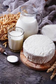 Tzfat-käse, milch- und weizenkörner. symbole für den jüdischen feiertag schawuot
