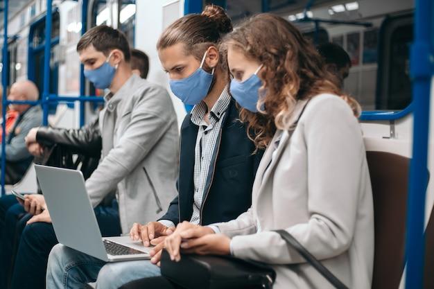U-bahn-passagiere mit laptops sitzen im auto