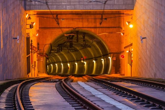 U-bahn-tunneleingang auf der brücke von dom luiz in porto. horizontale aufnahme