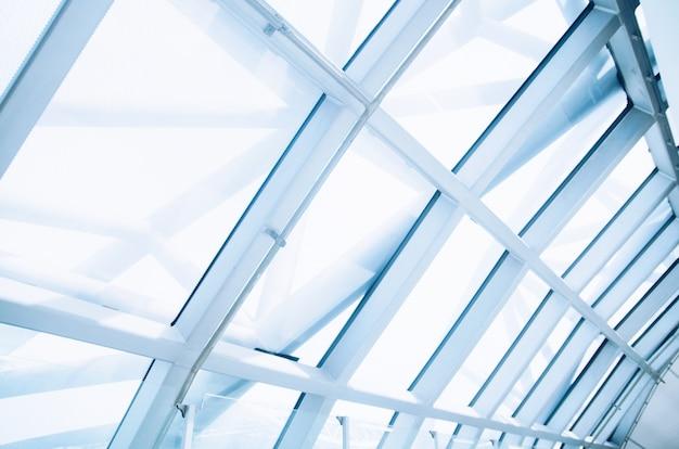 U-bahnstation der transparenten glasdecke, flughafen, modernes gebäude mit kurvendem dach