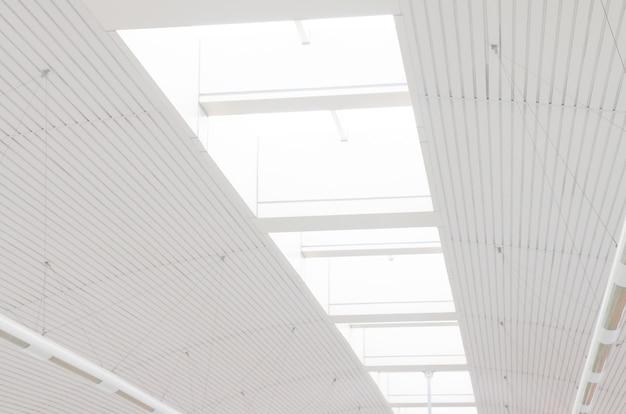 U-bahnstation der transparenten glasdecke