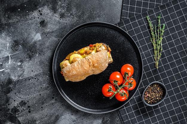 U-boot-sandwich mit fleischbällchen, ricotta-käse