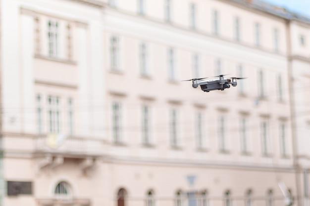 Uav drohne hubschrauber fliegen mit hochauflösender digitalkamera. nahansicht