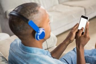 Über Schulteransicht der hörenden Musik des zufälligen Mannes