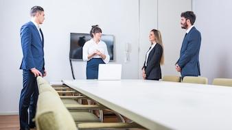 Überzeugte Geschäftsleute, die in der Brettsitzung stehen