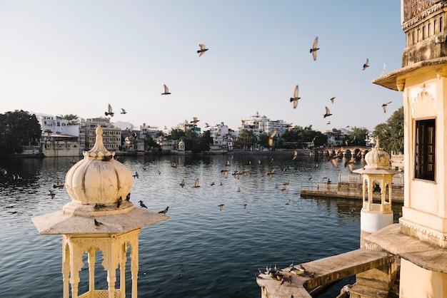 Udaipur-stadtansicht von einem hotelbalkon in rajasthan, indien