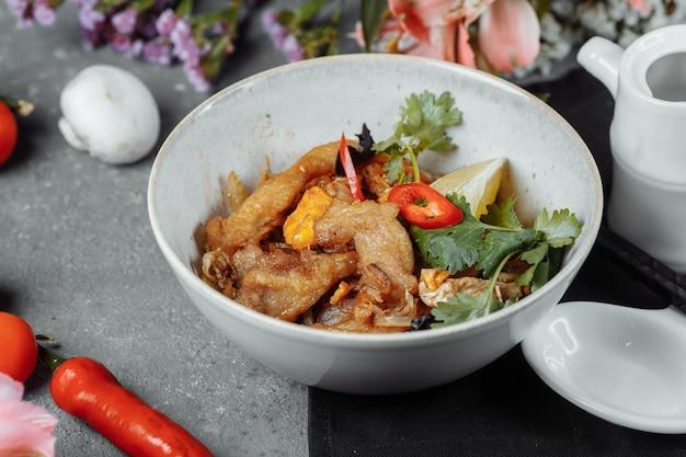 Udon-nudeln mit hühnchen und paprika - japanische küche.