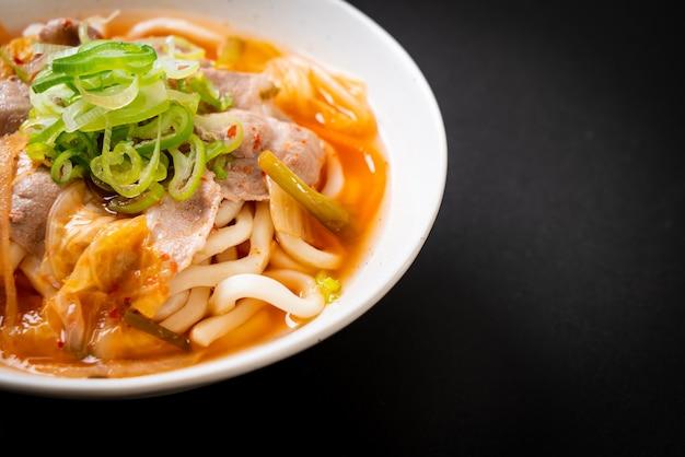 Udon ramen nudel mit schweinefleisch und kimchi