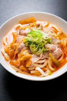 Udon ramen nudeln mit schweinefleisch und kimchi