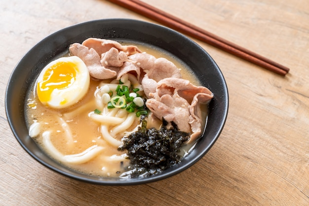 Udon-ramen-nudeln mit schweinefleischsuppe